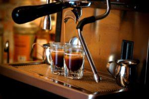 filiżanki wypełniane kawą zekspresu